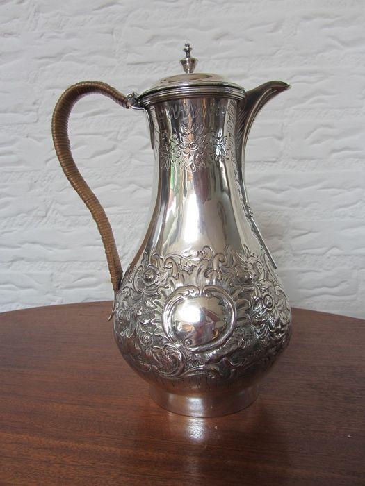 Online veilinghuis Catawiki: Zilveren schenkkan met repoussée decor van voluten en florale motieven, Londen, 1793, mogelijk Wiliam Simmons