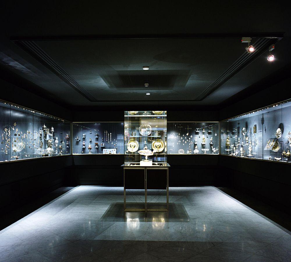 Museo Lázaro Galdiano. Excepcional conjunto, constituido por unas 12.600 piezas, fue reunido por el editor José Lázaro Galdiano, quien al morir en 1947 lo legó al Estado español junto con su residencia madrileña, la sede de su editorial La España Moderna y una biblioteca de 20.000 volúmenes.