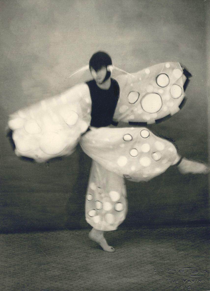 Studio Delbo. Le papillon de Tulle. Chorégraphie de P. Thiriot, vers 1930 Courtesy Galerie Lumiere des roses http://lumieredesroses.com/