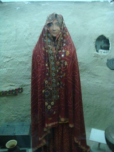 IMG]Sindhi woman wearing traditional dress! Sindh Museum