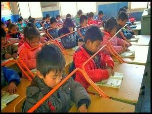 Veja a razão que leva a China a usar estas barras de ferros nas mesas das escolas! - AC Variedades