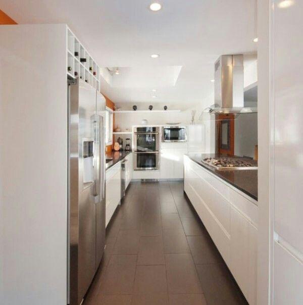 Cocina blanca, utilizando dos lados paralelos | Cocinas | Pinterest ...