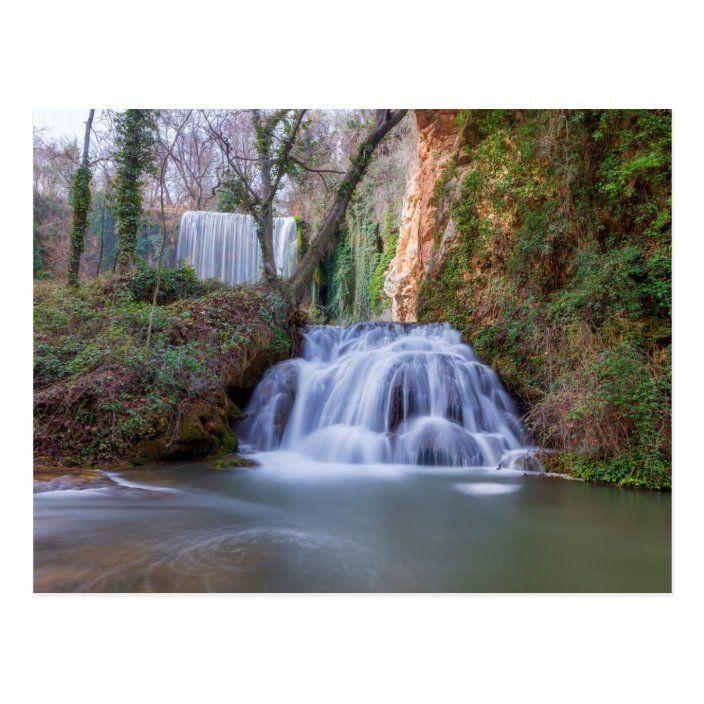 Postal de cascada en el Monasterio de piedra |