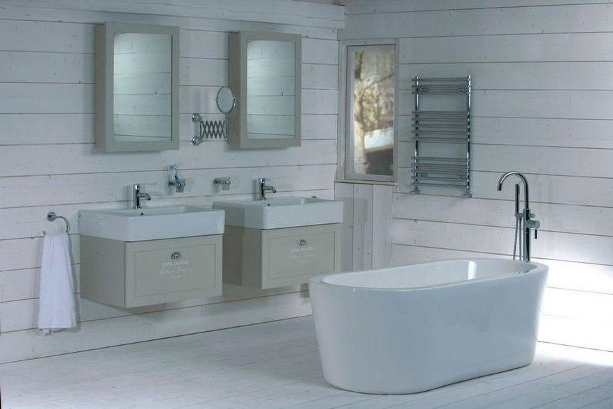 Landelijke zomerse badkamer, leuke badmeubels en vrijstaand bad ...