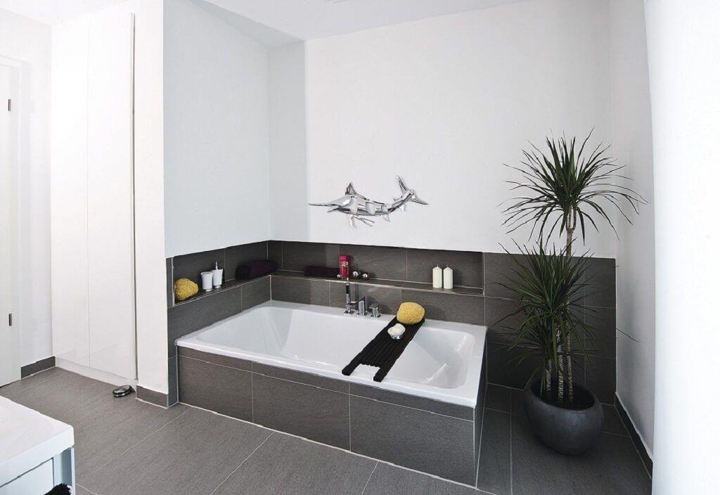 Badewanne Eingelassen Mit Fliesen Ablage Grau Einrichtungsideen