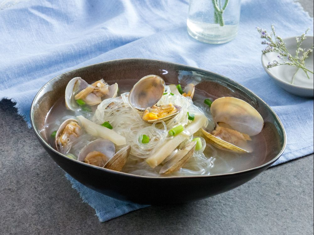 Poached clams and glass noodle with salt and oil asian recipies daydaycook is the hottest new culinary website across asia offering step by step instructions and videos on how to cook chinese food recipes forumfinder Image collections