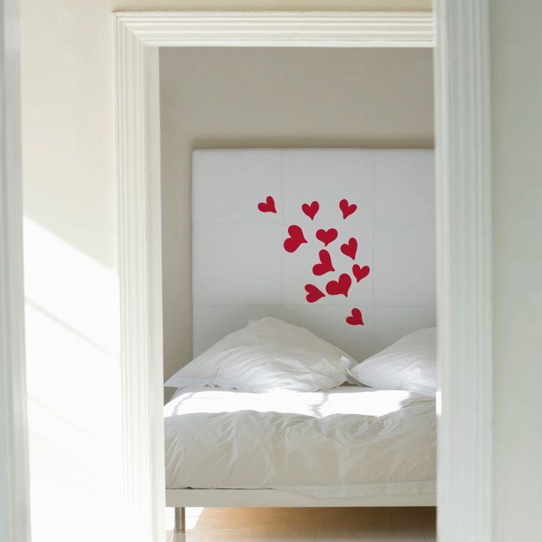 Decoratieve muursticker met meerdere hartjes. Om uw eigen compositie mee te maken. Makkelijk aan te brengen en verwijderbaar zonder beschadiging.