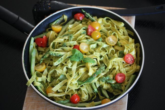 Tagliatelle w/ pesto, asparagus and tomatoes
