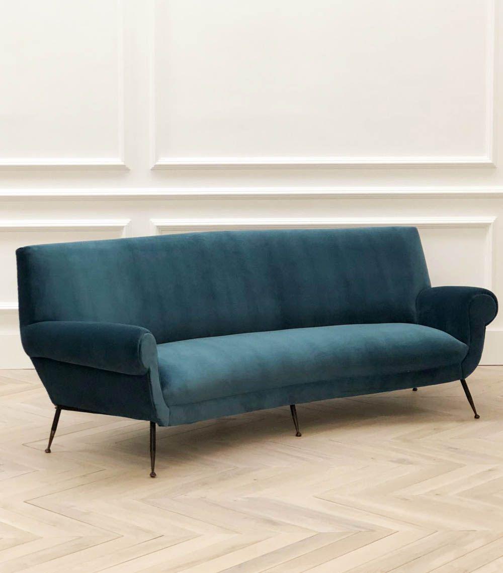 Espectacular sof italiano con dise o curvo original de los a os 50 tapizado en terciopelo azul for Sofas diseno italiano en valencia
