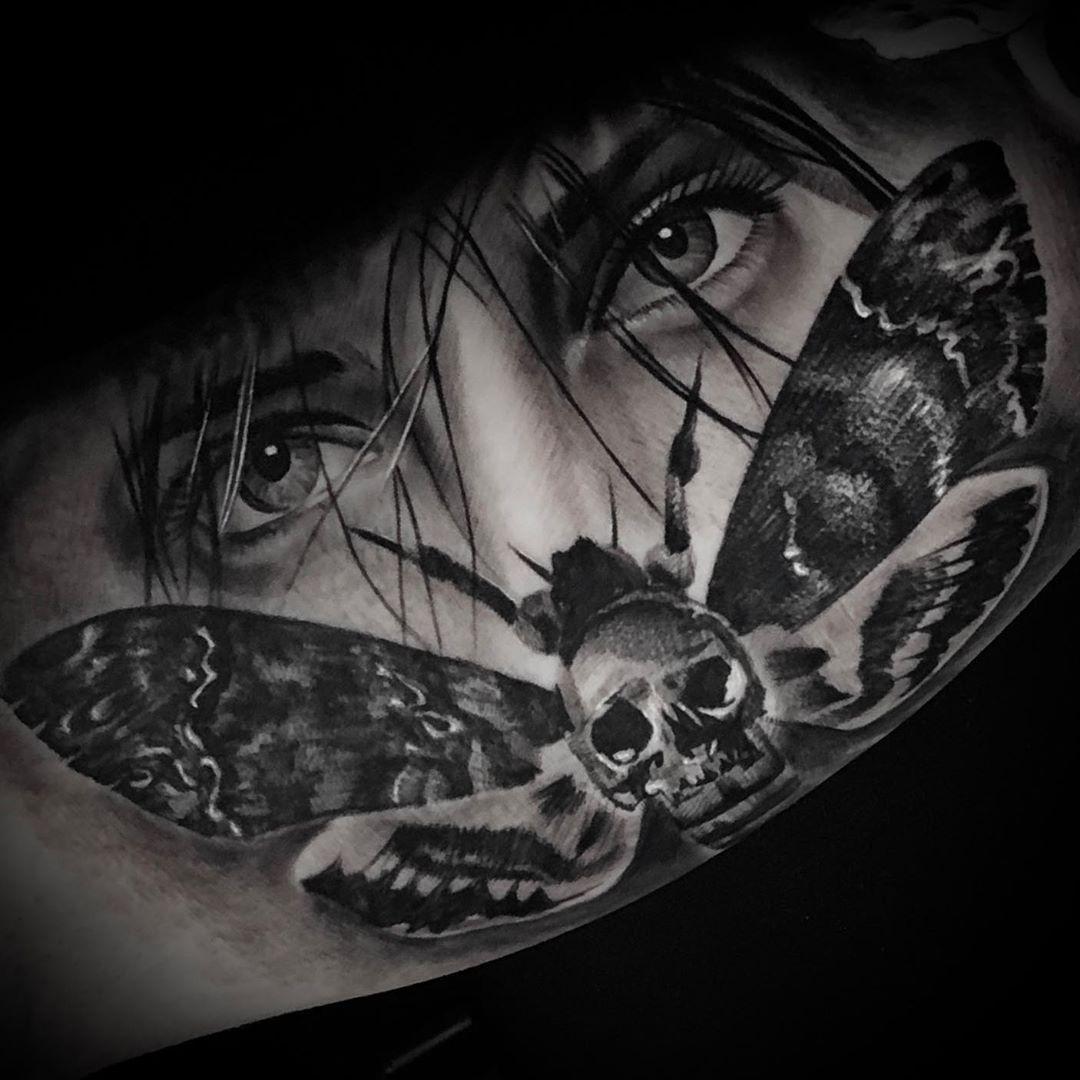 Realizat de @alinrotunjeanu #sorrymom @tatuat.ro @featuretattoos @the_tattoo_station1 #tattoo #blackandgrey #blackandgreytattoo #justblackink #realistictattoo #realistinink #tattoorealistic #tatoist #tattooartist #tattooartistmagazine #pitesti #tatuaje #ink #tattoos.tattoos_ig #flowdraw_tattoo