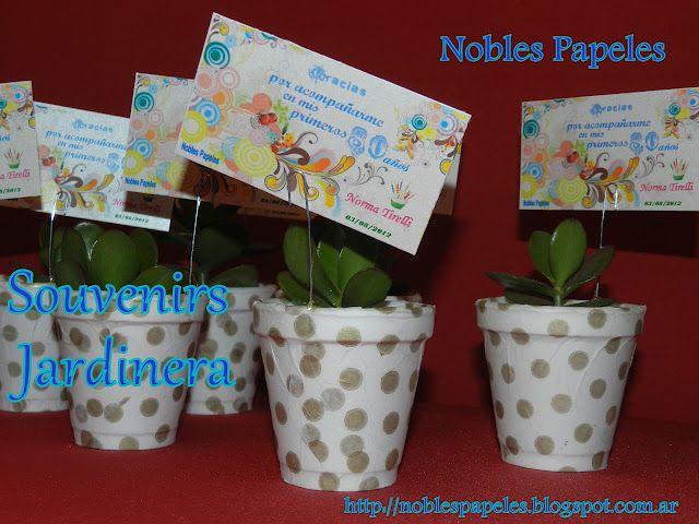 pequeas jardineras utilizadas como souvenirs para una coqueta seora que con alegra cumpli sus primeros