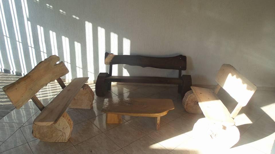 bancos rústicos de tora de madeira