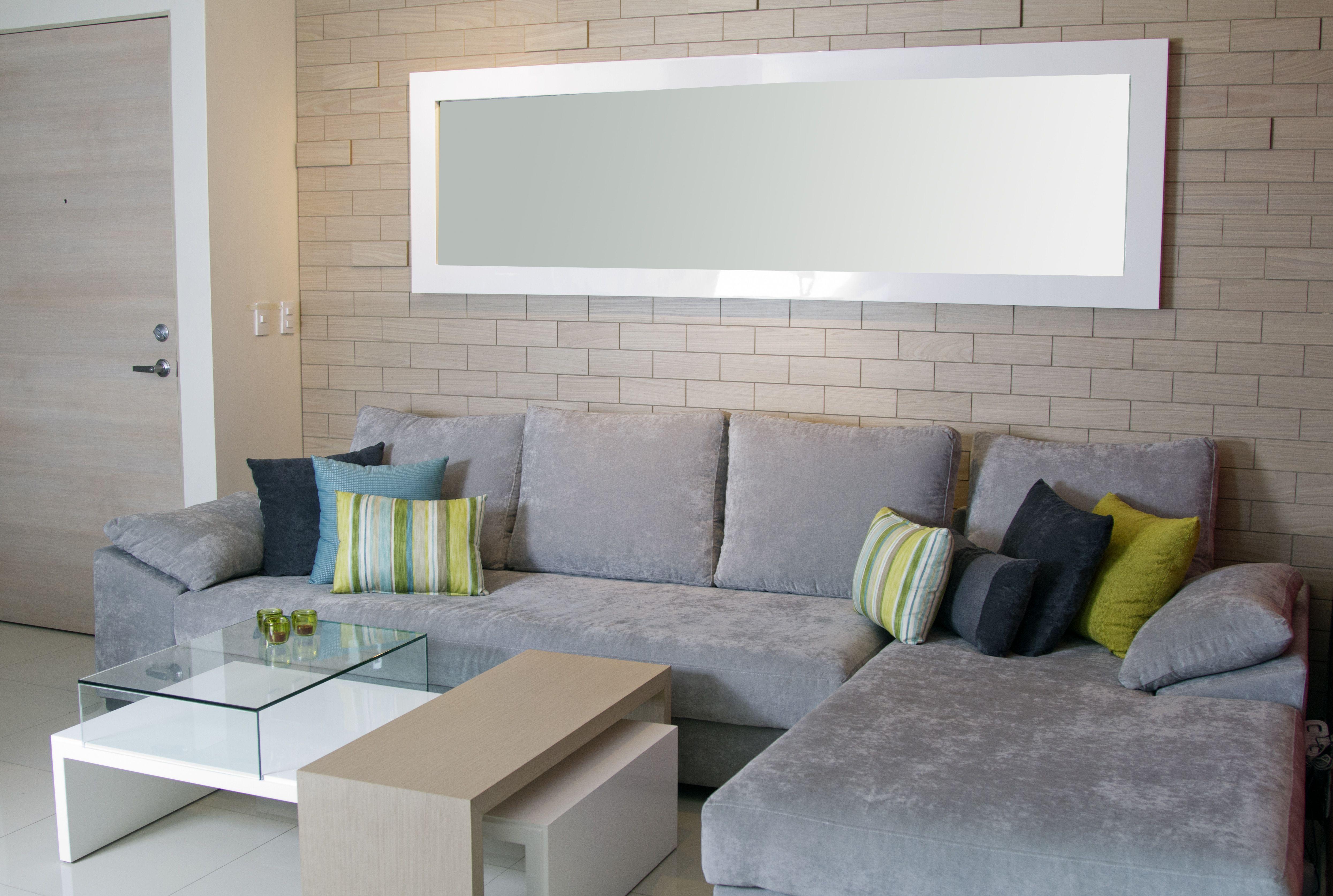 Muro de ladrillos de madera espejo blanco mesa de centro for Sala gris con azul
