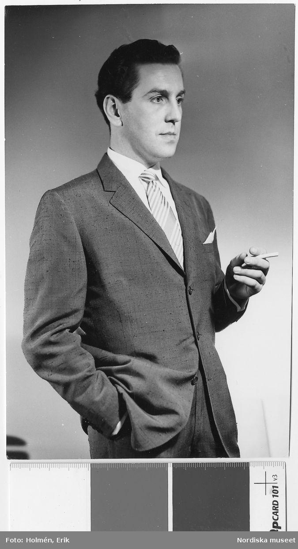 7ffb62520694 Nordiska Kompaniet, 1955. Man iklädd vit skjorta, diagonalrandig slips samt  kostym i shantung