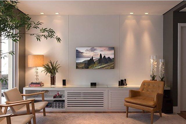 Home theater l Painel e rack branco valorizados pela iluminação pontual! Projeto @domarquitetura e  @andremortatti #homedecor #luxuryhomes #decoracion #arquiteta #photo #amazing #instadecor #home #decora #instahome #architecture #white #decordecasa #loveit #lamp #iluminação #design #blogfabiarquiteta #architect #fabiarquiteta http://www.fabiarquiteta.com/