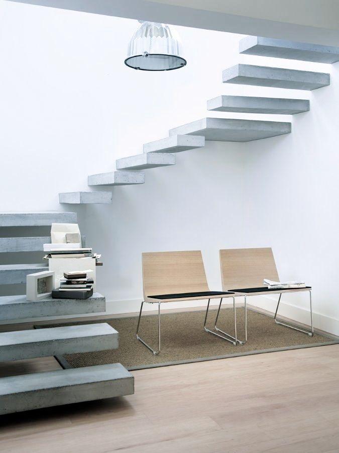 Une suspension industrielle pour un escalier en béton