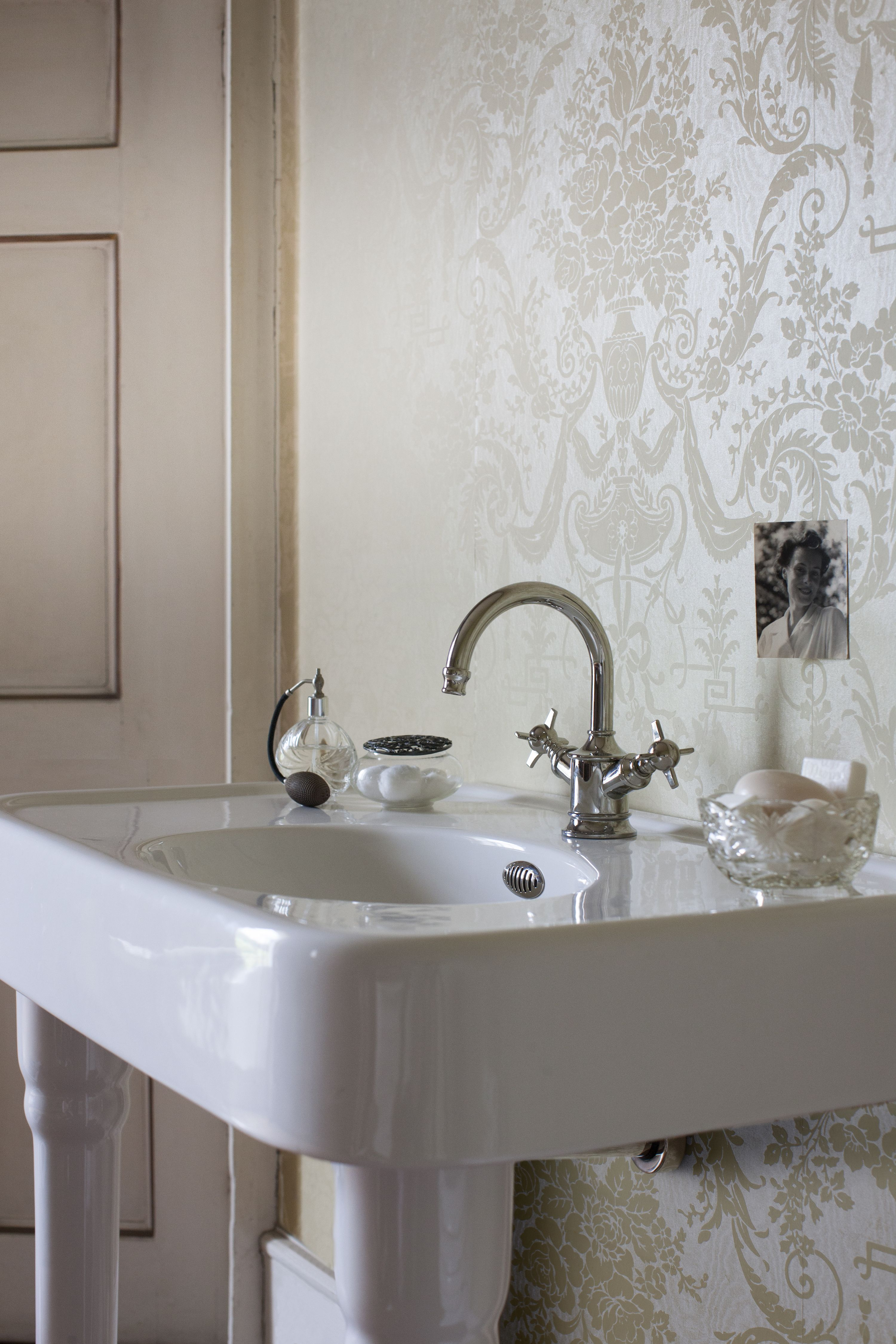 Luxury bathroom style - 900mm basin with overflow & ceramic console ...