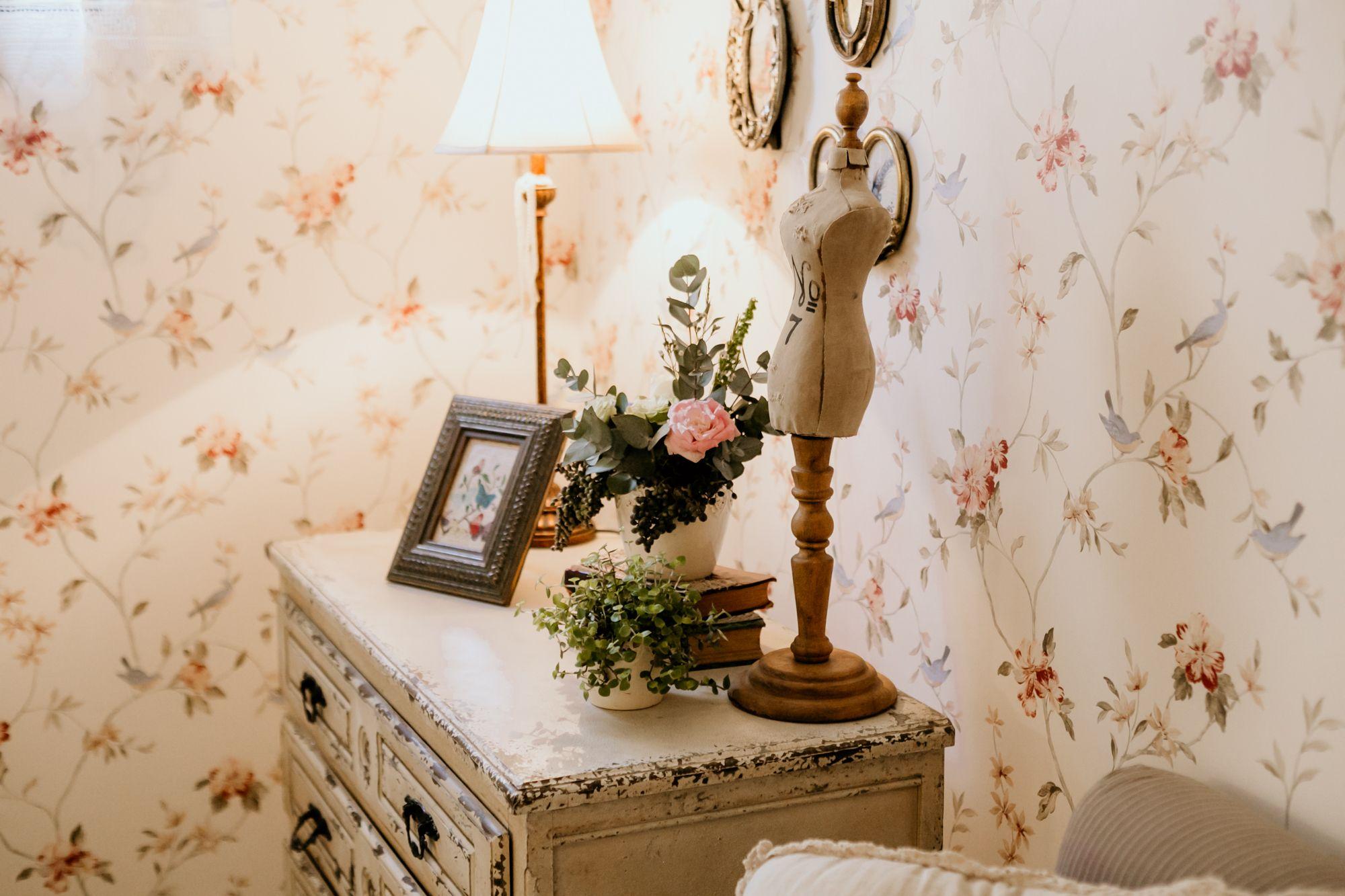 Detalhes da Sala dos Noivos, preparada para gostosos momentos de relaxamento e descanso. ⠀ Antes ou durante a festa, este ambiente está prontinho para que o casal possa respirar fundo e seguir feliz da vida! ⠀ #RomanticWedding #GrupoQuintal #EspaçoDeCasamento #Wedding #casamento #CasamentoRomantico #Casar#WeddingInspiration #EspacoParaEventos #CasarEmSP #WeddingStyle #WeddingIdeas #Classy #ClassicWedding #RomanticDecor #ClassicDecor #ClassicBride #CasamentoNoChale #CasamentoNoChaleQuintal #Casam