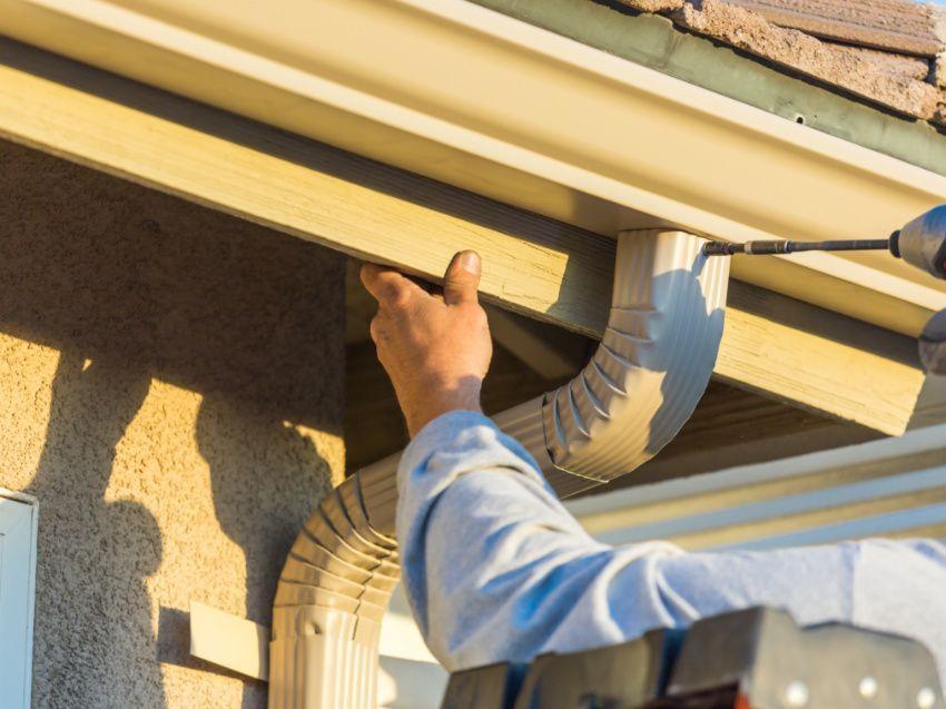How To Fix Leaking Rain Gutters In 4 Steps In 2020 Gutter Repair Seamless Gutters Gutters