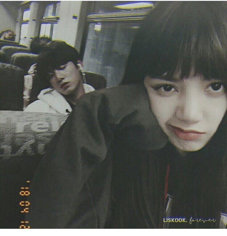 So Basically Lisa And Jungkook Were Sitting Together In The Bus Then Jungkook Fell Asleep On Lisa S Shoulder And Started Fotografi Teman Orang Lucu Selebritas