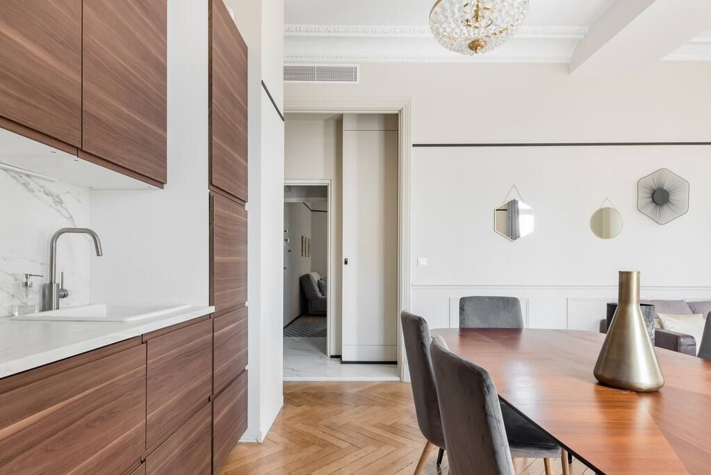 Walk to the Palais From an Apartment With a Movie Star