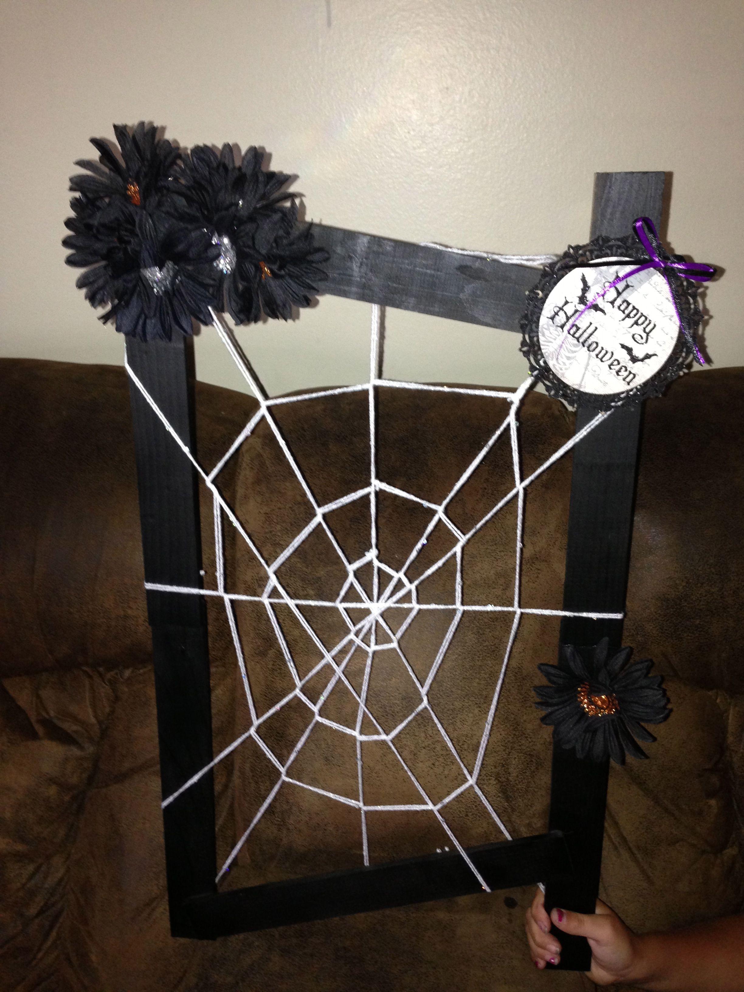#Halloween Door Decoration White Yarn, Black Daises