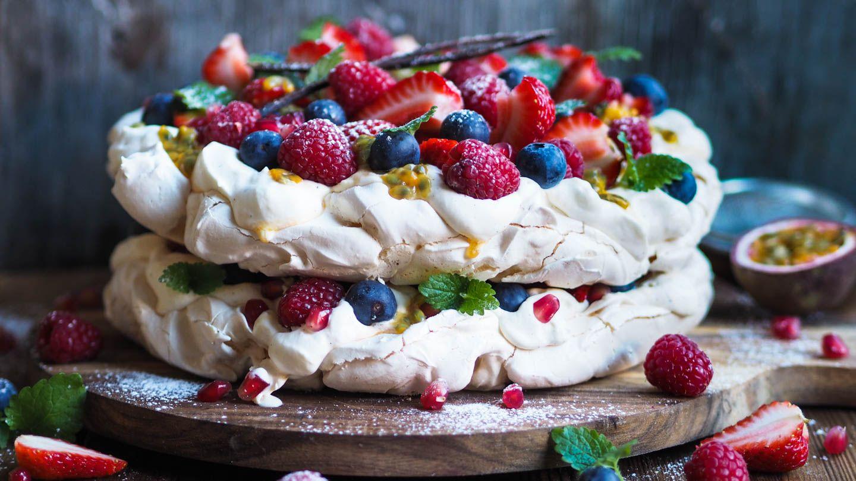 """Samarbeid med Rema 1000 Pavlova er faktisk den kaken som er mest søkt på som 17.mai-kake. Og det kan jeg skjønne. Her snakker vi en sommerlig kake som både er lett å lage og smaker superdigg! Jeg velger å lage min pavlova som en to-etasjes kake. Det gjør at kaken får et litt mer """"eksklusivt"""" …"""