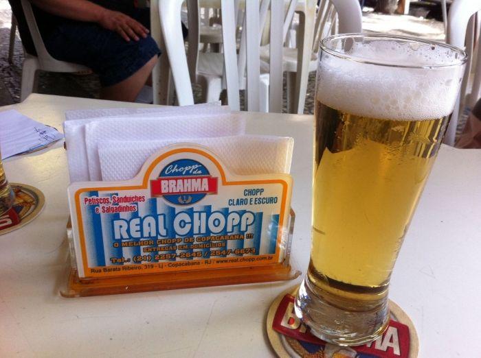 O lugar é informal e você pode apreciar um chope geladinho no balcão do bar ou em uma das mesas espalhadas pela calçada da movimentada Copacabana. Os petiscos são variados e compõem o delicioso cardápio.