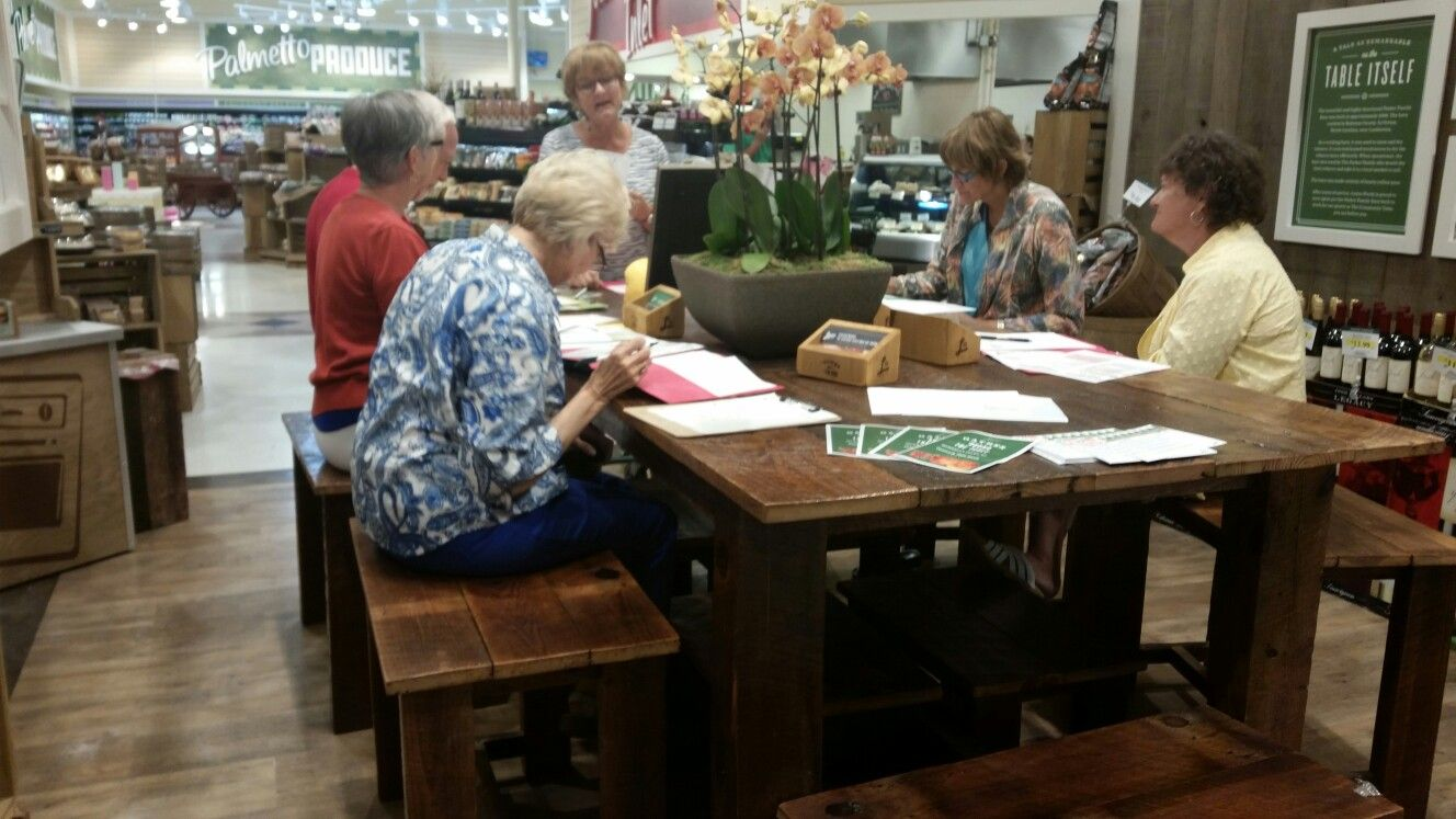 Pam Wilk teaching a nurtion class at the community table!