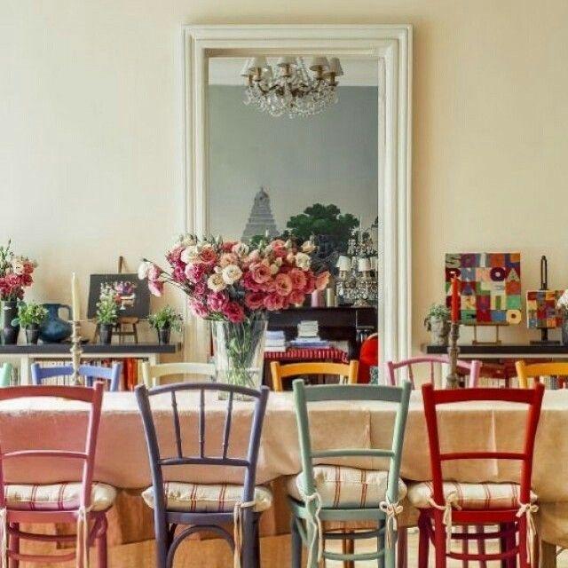 No lar da famosa modelo francesa Inès de La Fressange ícone da @chanelofficial nos anos 80 não falta cor. Na sala de jantar cadeiras de diversos tons formam praticamente um arco-íris ao redor da mesa e ainda combinam com os quadros e detalhes do ambiente. Uma graça! #revistacasaclaudia #decoração #cores #decor #chairs by revistacasaclaudia