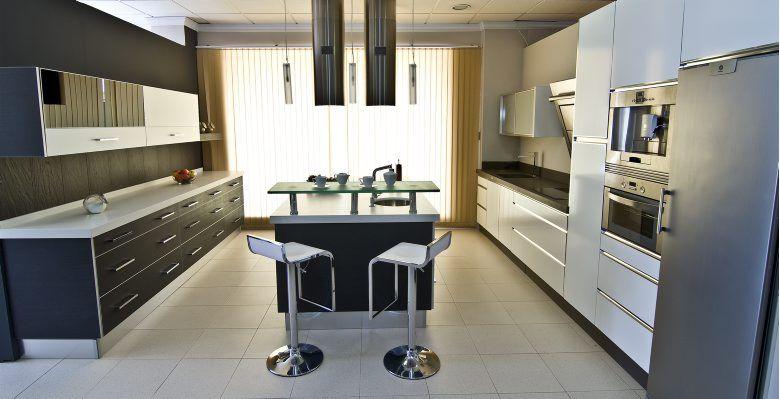 Cocina compuesta por frente de puertas postformadas con - Frente cocina cristal ...