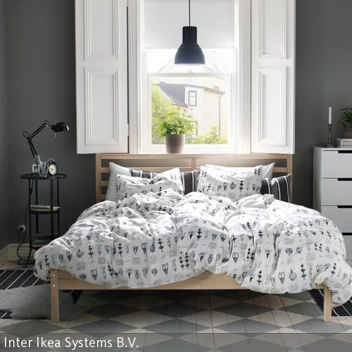 Ein Helles Bett Aus Kiefer Bildet Den Mittelpunkt In Diesem Schlichten  Schlafzimmer. Der Weiß Grau Karierte Fliesenboden Und Die Weiße  Muster Bettwäsche U2026