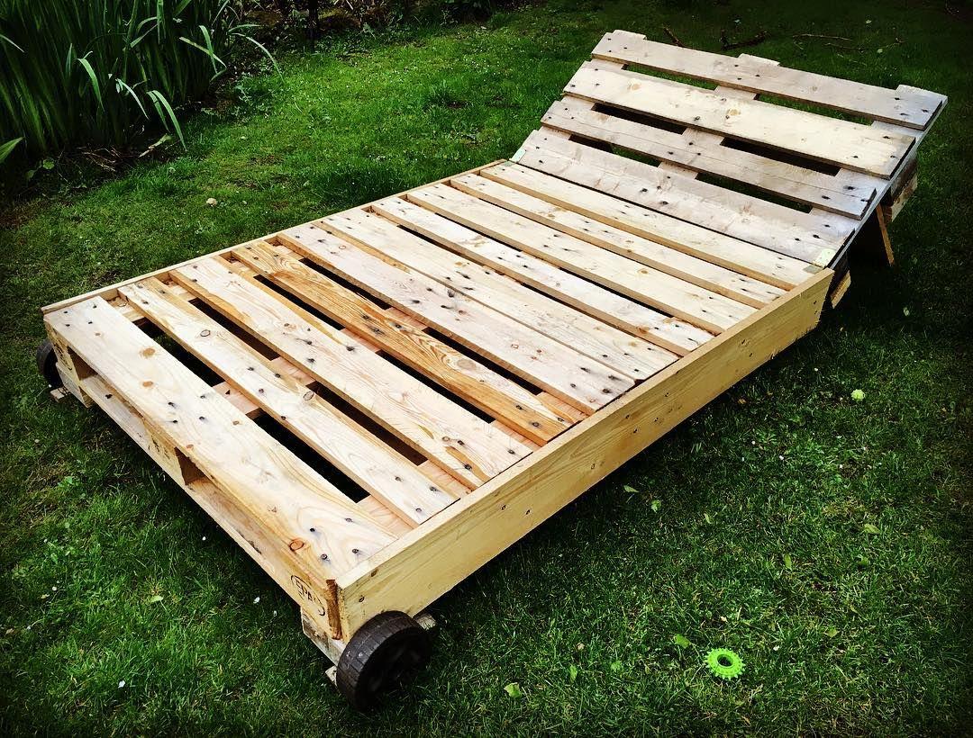 Diese Gartenliege Aus Paletten Ist Mein Lieblingsort Um Sommer Während Ich Dies Schreibe Liege Ich Pallet Furniture Outdoor Coffee Table Pallet Coffee Table