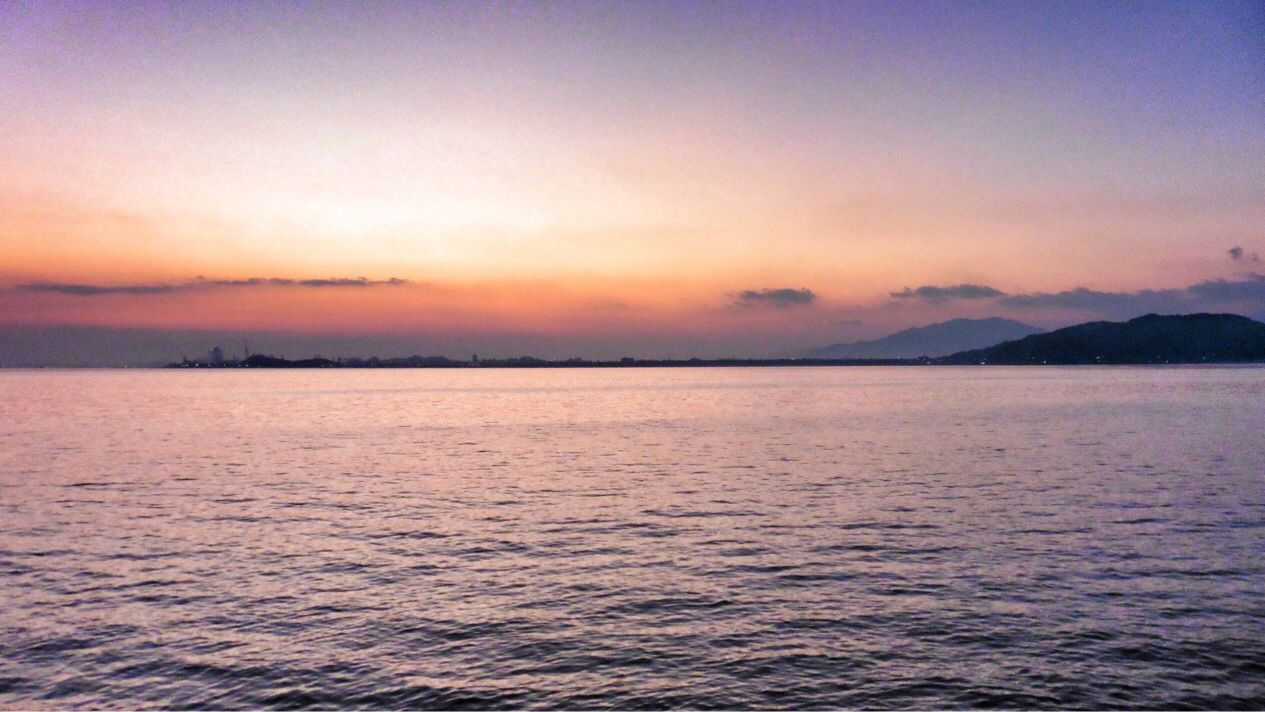 25 Oct. 6:19 海面が上空にシンクロし始めた博多湾です。 ( Morning Now at Hakata bay in Zipangu )