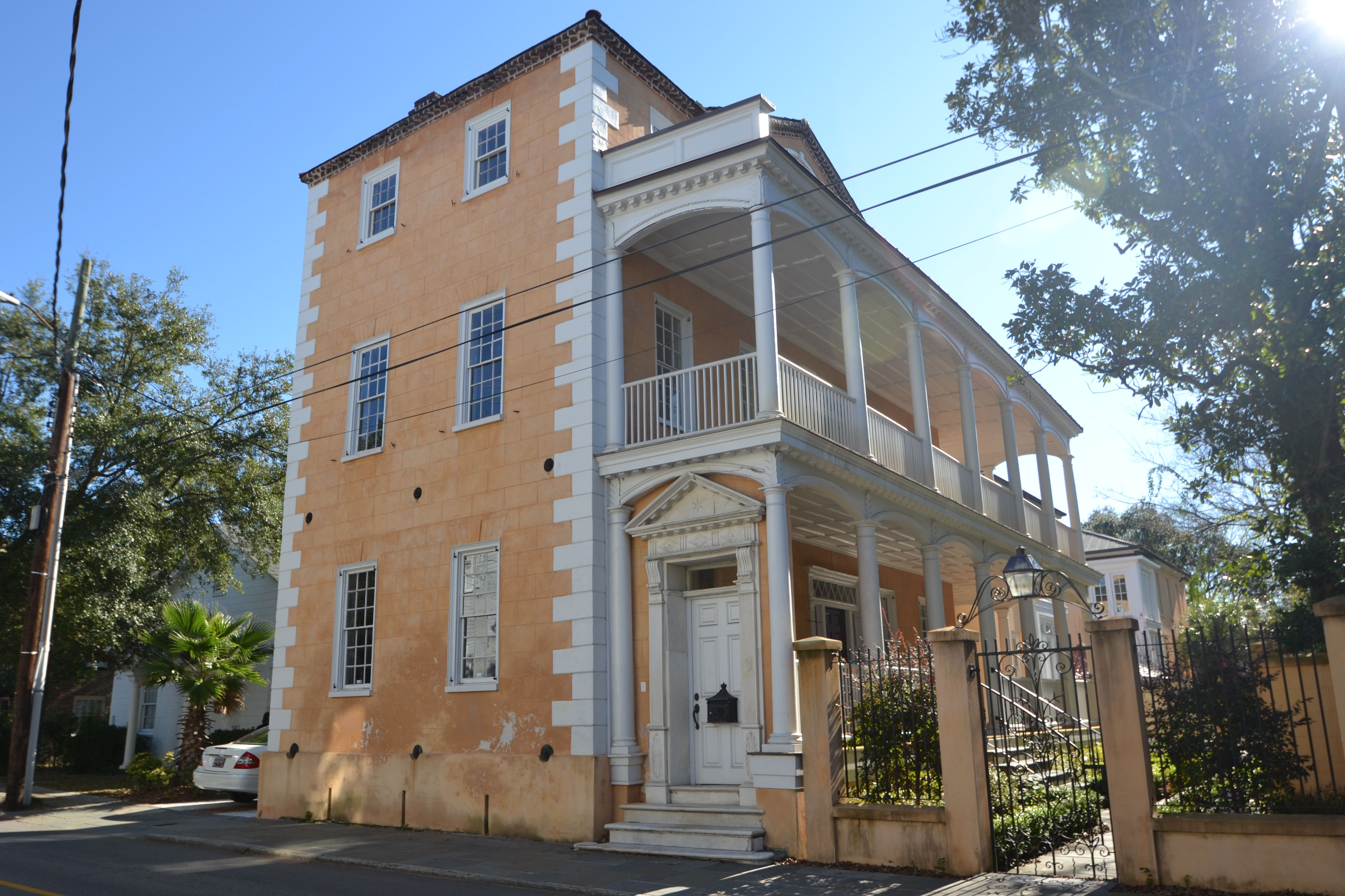 What Is A Charleston Single House Charlestonsc Charlestonrealestate Beaufain Charleston Homes Antebellum Homes Historic Homes