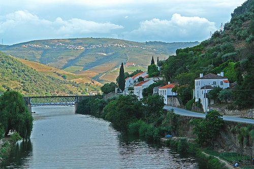 Rio Pinhão, afluente do rio Douro, visto do Pinhão - Portu… | Flickr