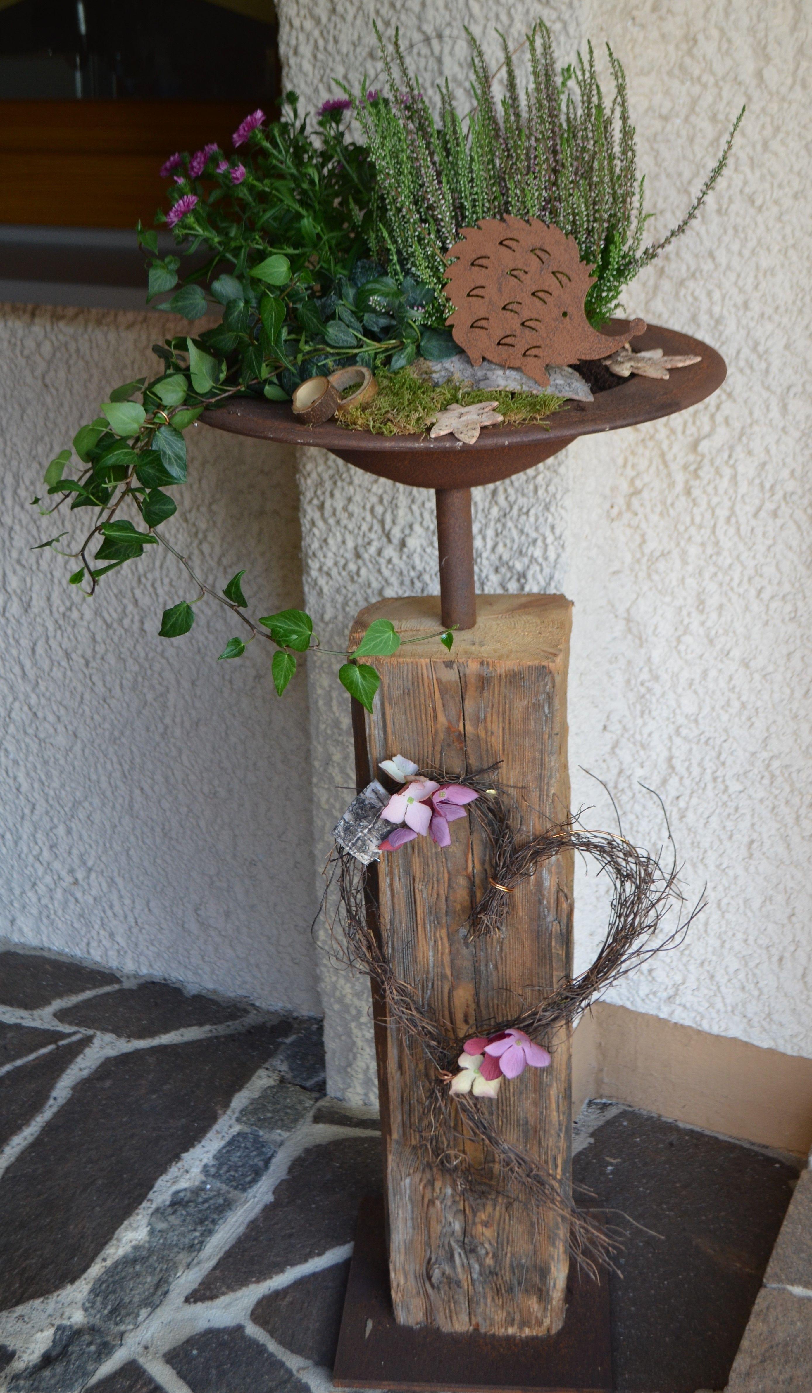altholz alter holzbalken mit edelrost schale, herbstlich dekoriert
