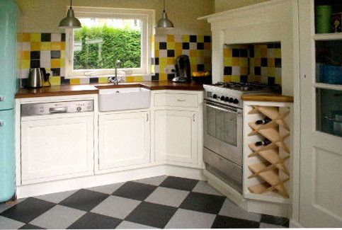 Nostalgische landelijke keuken met porseleinen spoelbak en