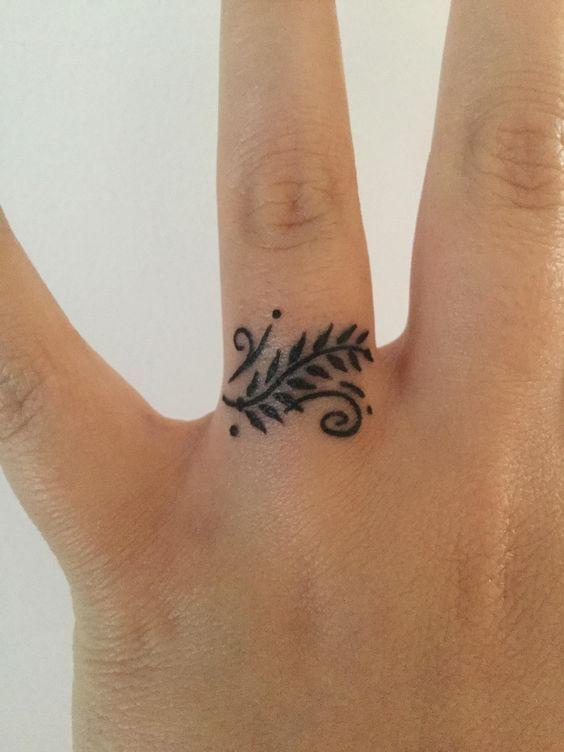 Resultado De Imagen De Manos Con Tatuajes Anillos Dedos Tatoo