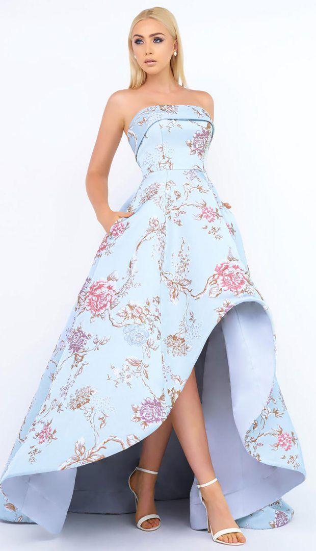 d707d21c3 Vestido strapless color azul cielo con estampado de flores rosas pastel. La  falda es ampona