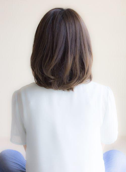 重めのミディアムベースのカットに 表面と顔まわりのレイヤー 段 入れることで 軽さを出しひし形に見えるようにしています 前髪は長めでも短めでも流し前髪でも似合うスタイルです 短い髪のためのヘアスタイル ヘアスタイル ロング ヘアスタイル