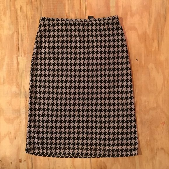 """cute houndstooth pencil skirt. cute pencil skirt. sheer top layer with black lining. 25"""" long. small snags that are barely noticeable. Express Skirts Pencil"""