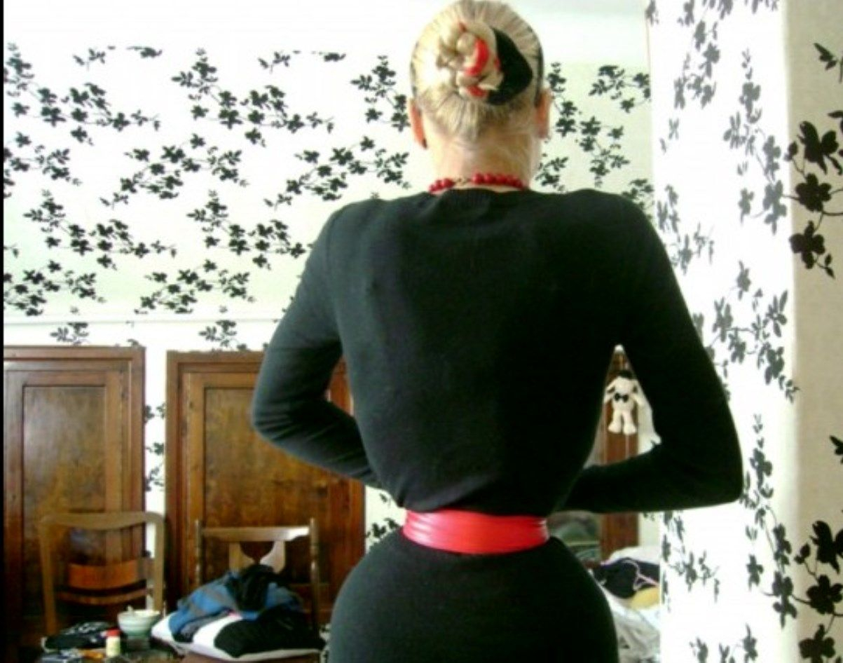 tight lacing - real waist, not retushed - the belt lifts ...