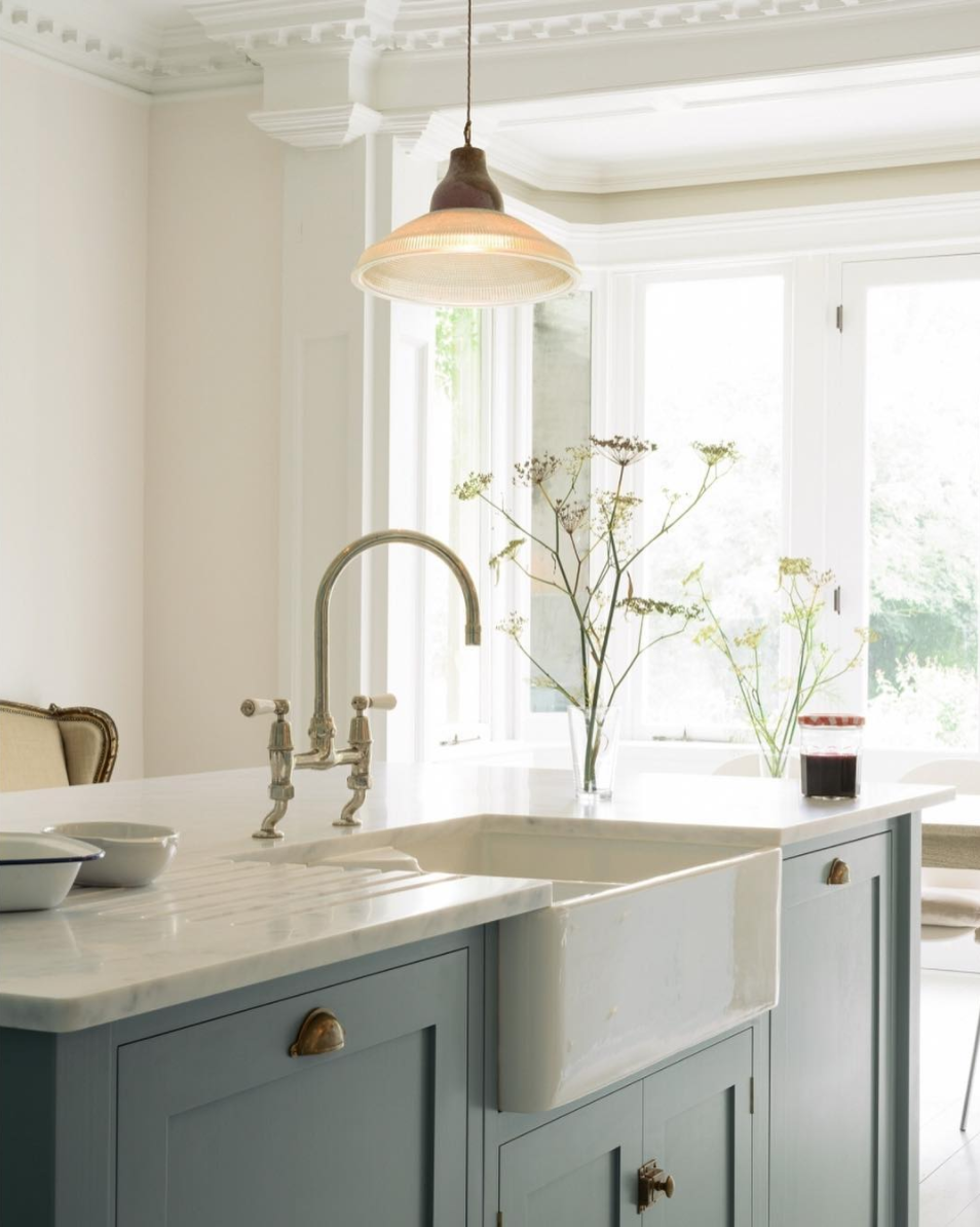 Kitchen Design Blue Cabinets Brass Hardware Farmhouse Sink Cuisine Americaine Cuisine Campagne Chic Style Cuisine