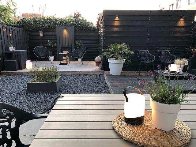 Tuin inspiratie: Deze tuin moet je zien! Zwarte schutting met wit, hout en groen!