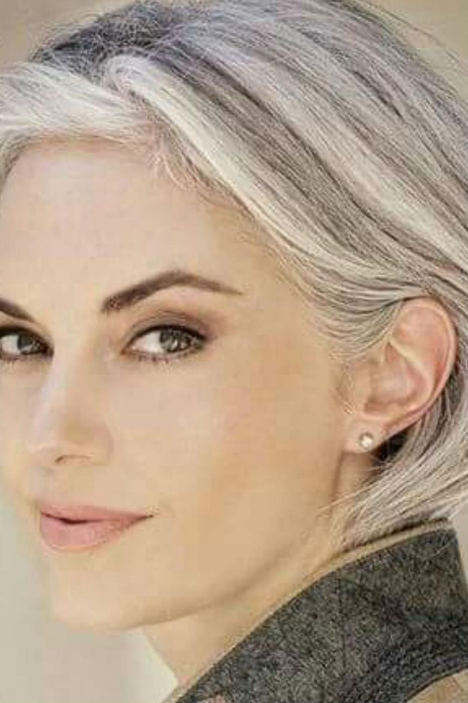 Coupe cheveux gris (avec images)   Cheveux gris naturel, Cheveux gris, Cheveux courts visage rond