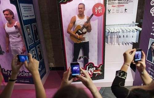 AdopteUnMec.com campaña en Francia para promover el servicio de citas, empaquetados como muñecos los modelos sonrien y coquetean con la audiencia.