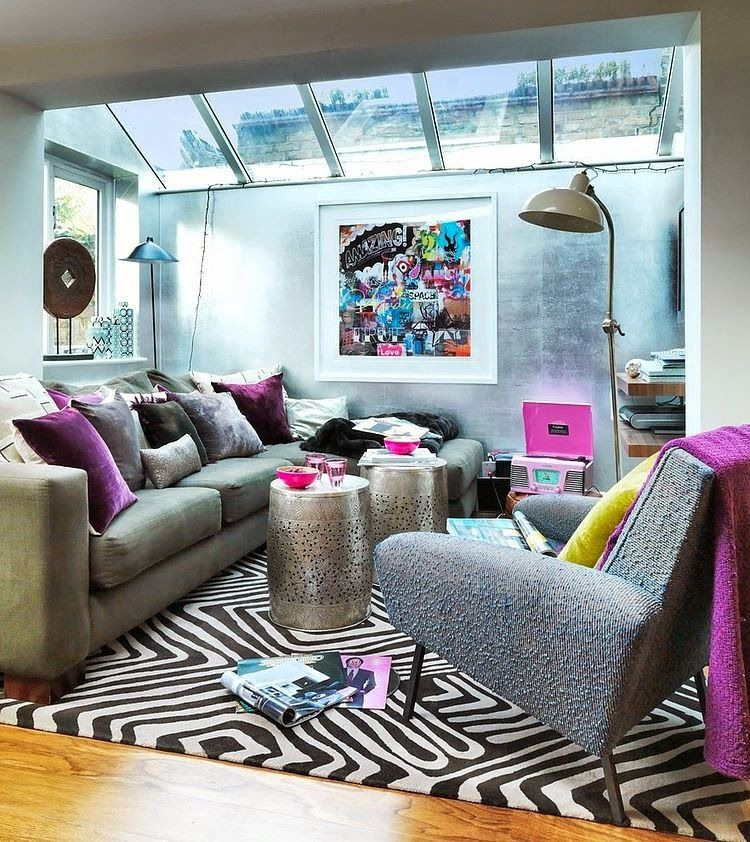 Charmant Vibrant Living Room With Geometric Rug And Pops Of Purple