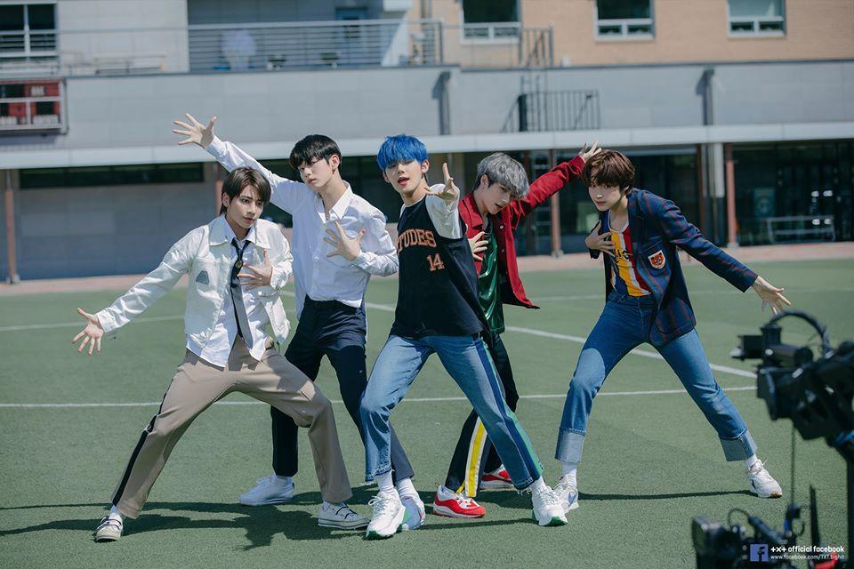 Crown Run Away Dan Lagu Lain Txt Jadi Lagu Kpop Terbaik 2019 Lagu Model Baju Pria Txt