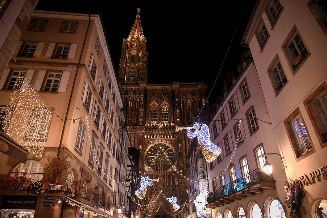 Place de la Cathédrale - Marché de Noël de Strasbourg #marchédenoel Place de la Cathédrale - Marché de Noël de Strasbourg #marchédenoel